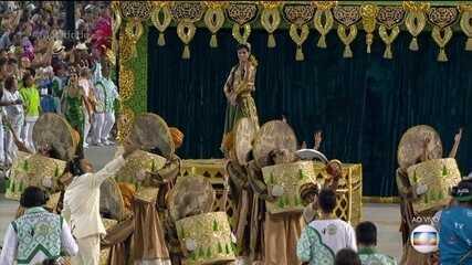 Comissão de frente da Mocidade represente o Teatro de Ilusões