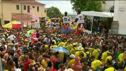 Presidente Michel Temer é alvo de protestos em meio à folia nos blocos