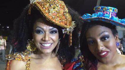 Simone Sampaio desfila com a filha Mahryan pela Dragões da Real
