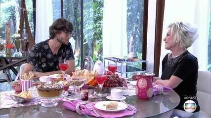 Ex-BBB Pedro toma café na Casa de Cristal e comenta o uso de saias e vestidos