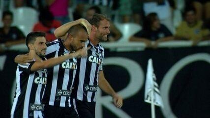 Gol do Botafogo! Victor Luiz cobra falta na área, ninguém toca e a bola entra, 1 do 2º