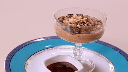 Mousse de chocolate com biomassa e coulis de frutas vermelhas