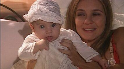 Em 'Senhora do Destino', Nazaré mostra a filha de Maria do Carmo para Luís Carlos