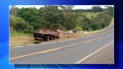 Tombamento de caminhão deixa dois mortos em rodovia de Penápolis