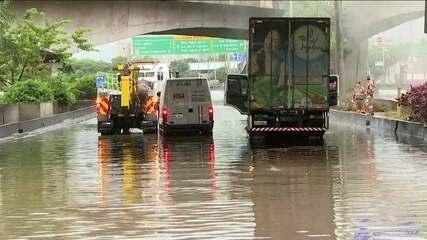 Rio Tietê transborda e provoca alagamento e caos na marginal, em São Paulo