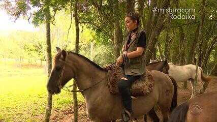 Rodaika faz passeio a cavalo na Cavalaria Martín Fierro, em Bom Princípio