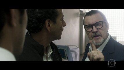 Arnaldo exige que Monique seja transferida e Renato o enfrenta