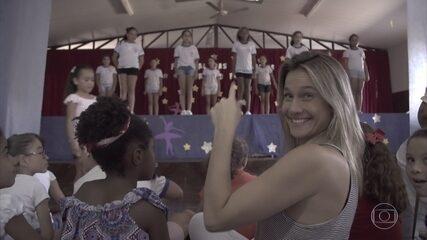 Fernanda Gentil entrega brinquedos em creche no interior de Mina