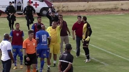 Candangão: Jogador do Paracatu se revolta com substituição e parte para cima de técnico