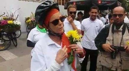 Ciclista diz que entregou flor para prefeito João Doria e ele jogou no chão