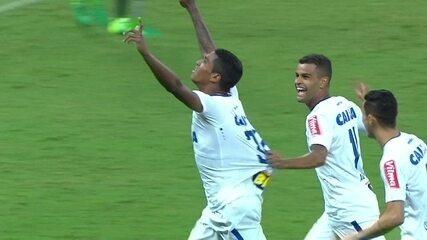 Gol do Cruzeiro! Raniel encontra espaço e solta uma bomba, ao 1 do 1º tempo