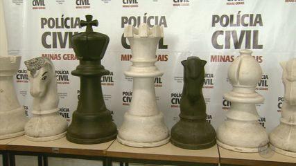 Peças de xadrez gigante são furtadas por estudantes em Poços de Caldas (MG)