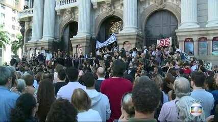 Funcionários do Theatro Municipal fazem protesto e pedem pagamento de atrasados