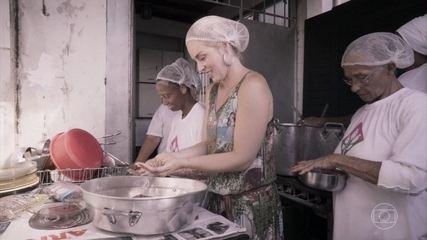 Angélica ajuda a preparar a refeição com voluntários do Guerreiros da Paz