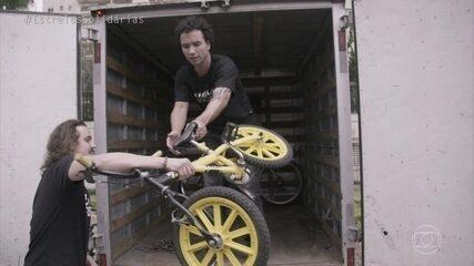Marco Luque ajuda a recolher bicicletas para doação em São Paulo