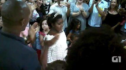 Grupo se reúne e organiza festa de aniversário para menina que mora na rua