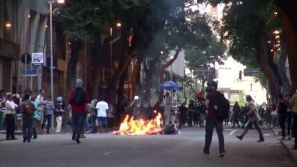 Manifestantes colocam fogo em rua durante confronto com a polícia no Rio