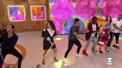 Molejo canta 'Dança da Vassoura' e convidados fazem coreografia