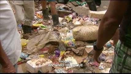 Alimentos são retirados do meio da lama na Mata Sul