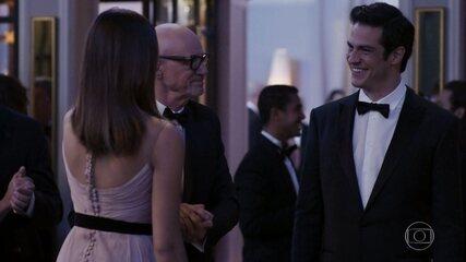 Eric chega no baile e tira Luíza para dançar