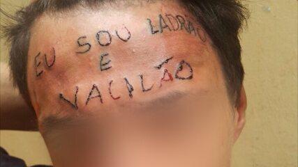 Tatuador é preso por tortura após escrever 'Eu sou ladrão e vacilão' na testa de jovem.