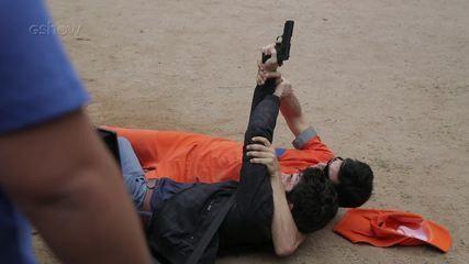 Confira os bastidores da cena em que Eric é baleado, em 'Pega Pega'