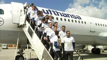 Seleção da Alemanha volta para casa após título da Copa das Confederações