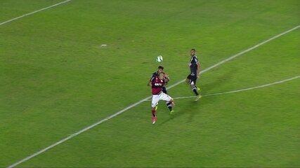 Guerrero fica caído após disputa de bola e tem que ser substituído, aos 12' do 2º Tempo