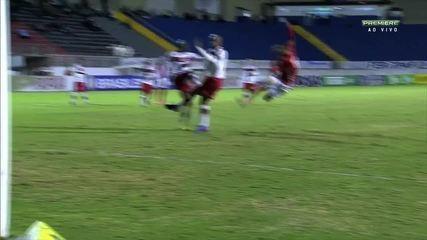 Ramon pega de voleio, mas para em defesa do goleiro do CRB, aos 30' do 1º tempo