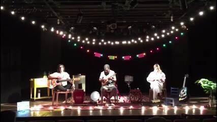 Carolina Dieckmann, Pretinho da Serrinha e Maria Ribeiro dividem palco em peça