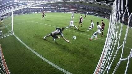 Gol do Atlético-GO! Everaldo faz um lindo gol de calcanhar, aos 40' do 2º tempo