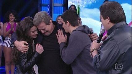 Filhos Sophia e Enzo surpreendem Edson Celulari ao vivo
