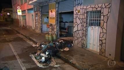 Bombeiros apagam fogo em loja, em Belo Horizonte