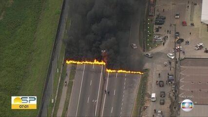 Manifestantes bloqueiam vias de São Paulo em dia de votação da denúncia contra Temer