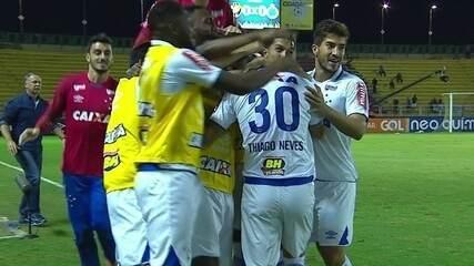 Gol do Cruzeiro! Thiago Neves cobra falta a bola vai direto pra rede, aos 2' do 1º tempo