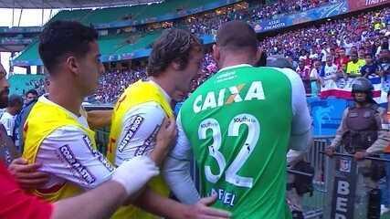 Jogadores de Bahia e São Paulo discutem e se desentendem na saída para o intervalo