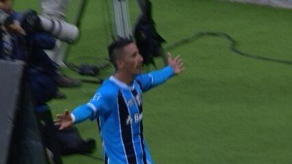 Gol do Grêmio! Barríos aproveita rebote de Fábio e marca aos 45 do 1º Tempo