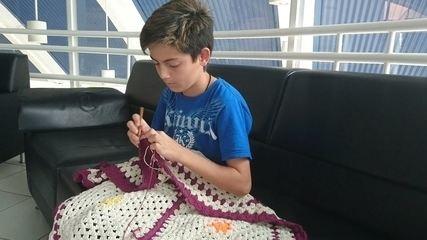 Menino do interior de São Paulo faz sucesso na web ensinando crochê