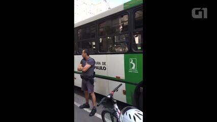 Mulher sofre assédio sexual dentro de ônibus na Avenida Paulista e vereador grava ele sendo levado para a delegacia