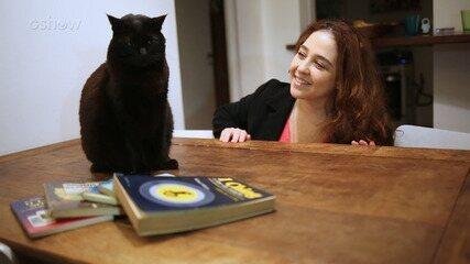 Debora Lamm mostra Pretinha, sua gata de estimação