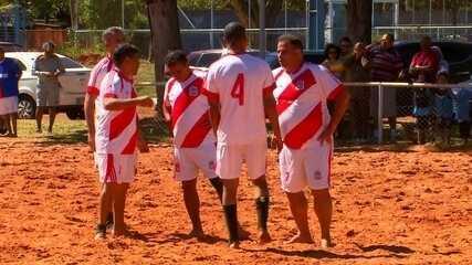 Peladeiros no GE: confira o que rola em uma pelada de futebol de areia cheia de cariocas