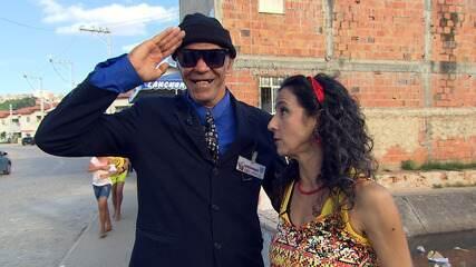 A atriz Maria Menezes passeia pelo bairro do Uruguai