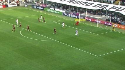 Cááássio! Ricardo Oliveira chuta em cima do goleiro que faz outro milagre aos 43' do 1º