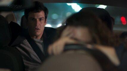 Teaser 'Pega Pega' 16/9: Arlete bate com o carro ao saber que Eric é seu passageiro