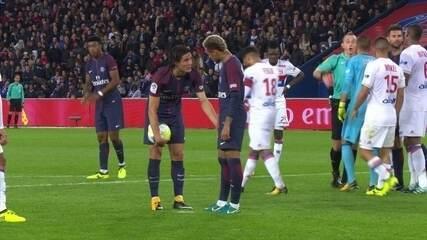 Veja momento em que Neymar pede a Cavani para cobrar pênalti