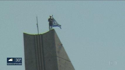 Atleta escala a Ponte Estaiada, na Marginal Pinheiros e coloca bandeira no topo