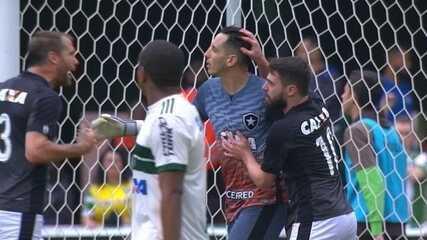 Gatito Fernández defende pênalti cobrado por Carleto aos 34 do 1º tempo