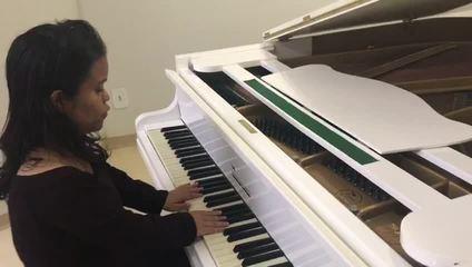 Estudante de música anã da UnB ganha piano de cauda adaptado