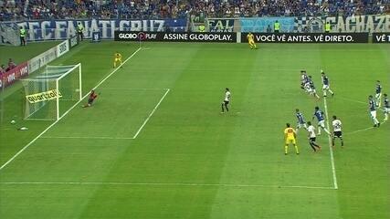 Gol do Corinthians! Clayson cobra pênalti no meio do gol e marca, aos 39' do 2º tempo
