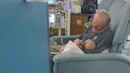 'Vovô UTI' conforta pequenos pacientes em hospital de Atlanta
